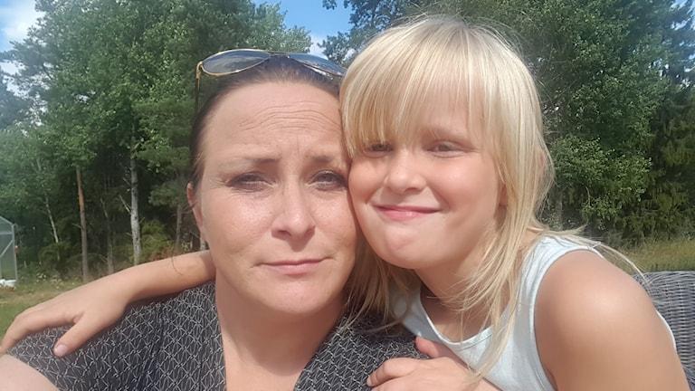 Mor och dotter på bild.