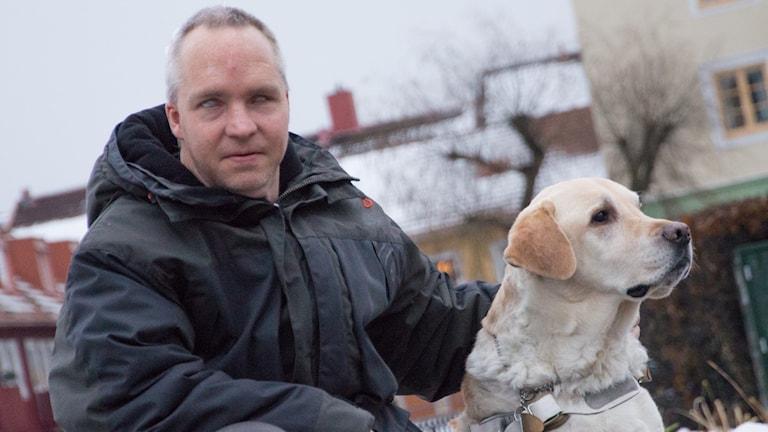 Blinde Magnus Gustafsson med ledarhund med ledarhunden Malte.