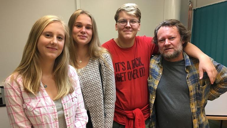 Linn, Stafrin, Ellen Forssén, Kasper Björklind är med i elevrådet på Hedebyskolan. Thomas Dosch är lärare.