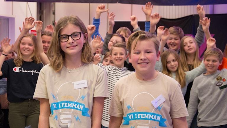 Oscar André och Kajsa Willstrand framför klassen, Gripsholmsskolan klass 5 Girafferna.