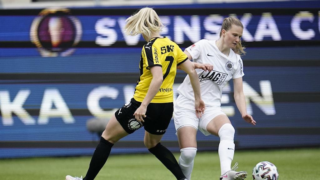Eskilstunas Elise Stenevik mot Häckens Stina Blackstenius under torsdagens final i Svenska cupen mellan BK Häcken och Eskilstuna United.