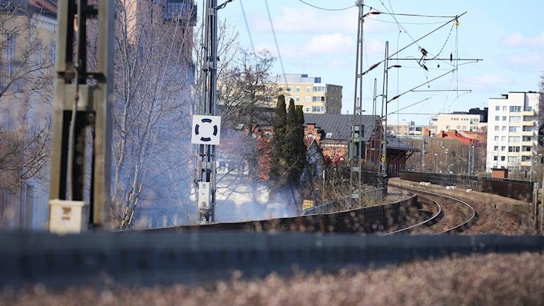 Rök stiger upp längs järnvägen i Eskilstuna efter att en kontaktledning ramlat ner. Foto: Filip Lundh.