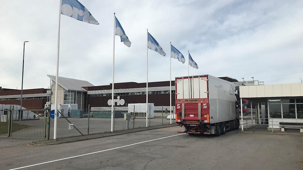 En lastbil står utanför entrén till Orio AB:s lager i Nyköping.
