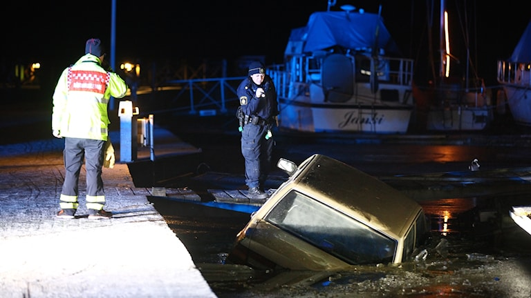 Bil hittad nere i vattnet i hamn.
