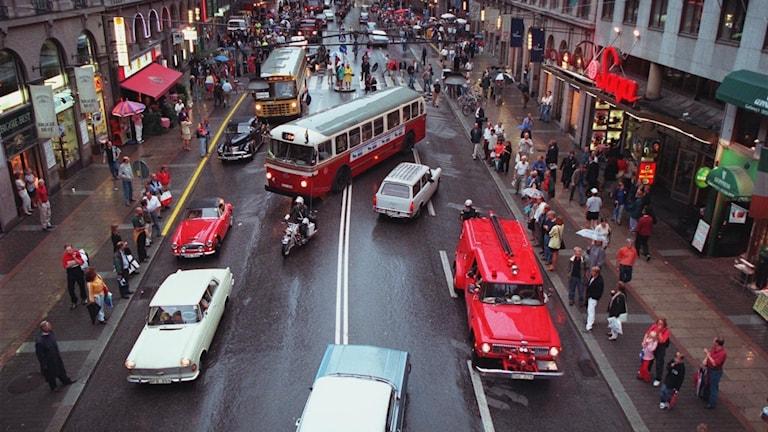 Så här såg det ut på på Kungsgatan i Stockholm vid omläggningen till högertrafik. OBS - Fotot är från 30-årsjubileet 1997 då man på Kungsgatan övergick till tillfällig vänstertrafik mellan klockan 17 och 19.