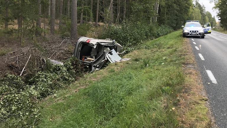 Bil ligger krockskadad i ett dike. Foto: Jonas Carnesten/Sveriges Radio.