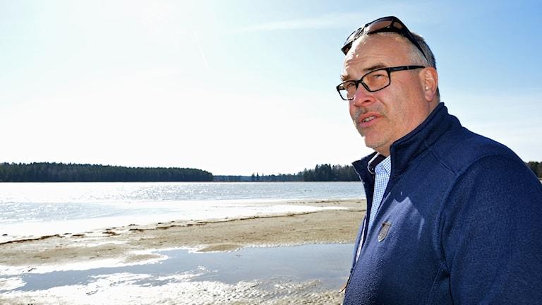 Stefan Andersson ser ut över havet.