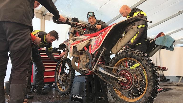 Richard Alun utför service av sin motorcykel under Novemberkåsan 2019.