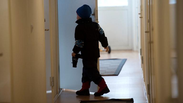 Ett barn på ett hotell.