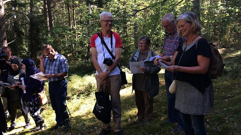 Agneta Scharp berättar om fornlämningar i Årbyskogen