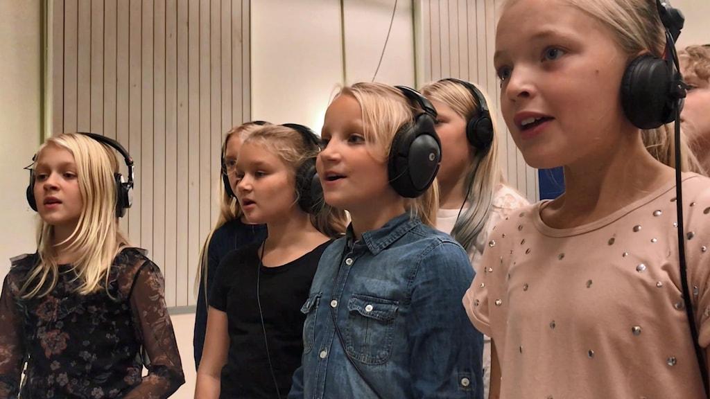 Barn sjunger.