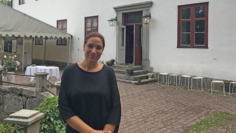 Mikaela Lie står framför Ulvhälls herrgård.