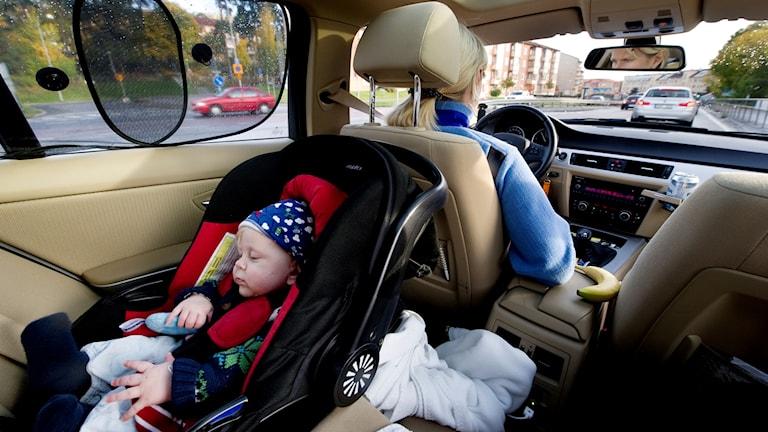 Barn i bilstol vänd åt rätt håll.