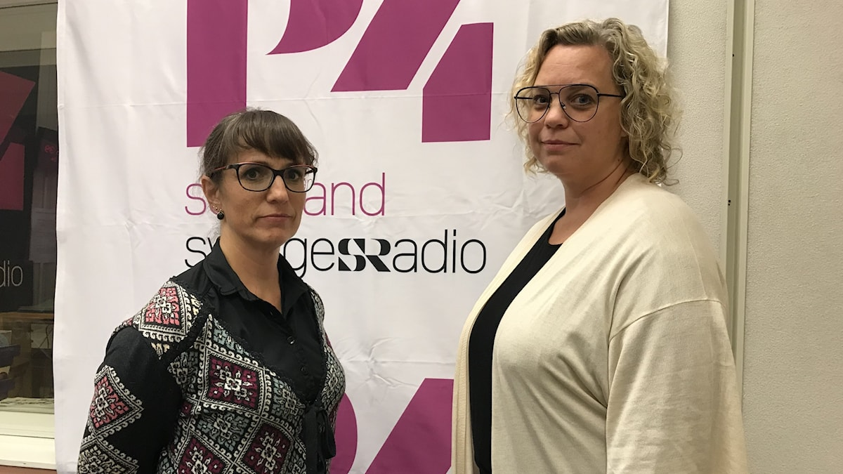 Två kvinnor framför en skylt med P4 Sörmland.