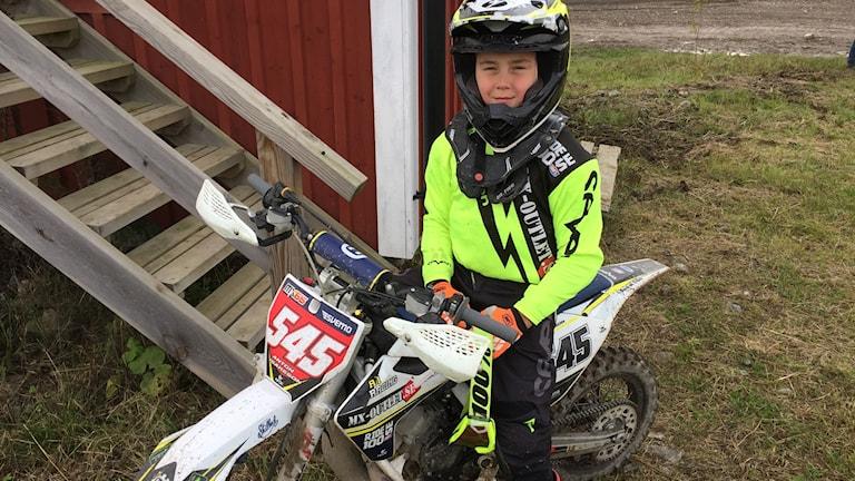 Anton Isaksson, 10-årig motocrossåkare från Katrineholm, på sin motorcykel.