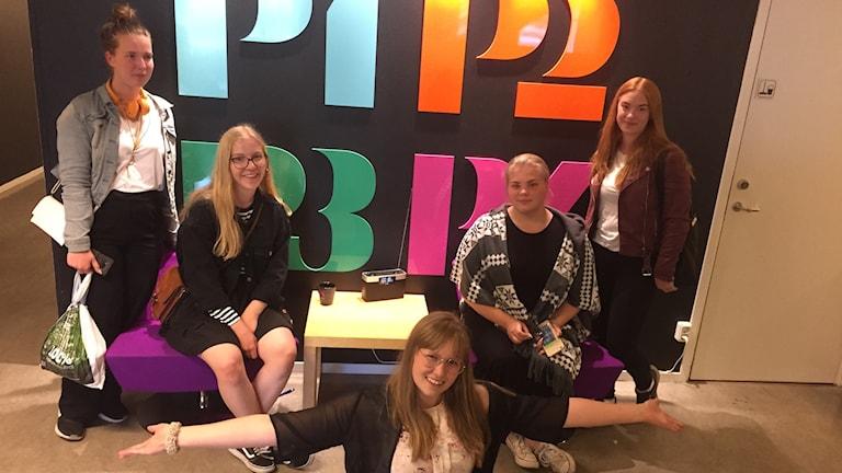 Fem tjejer från S:t Eskil i P4 Sörmlands entré.