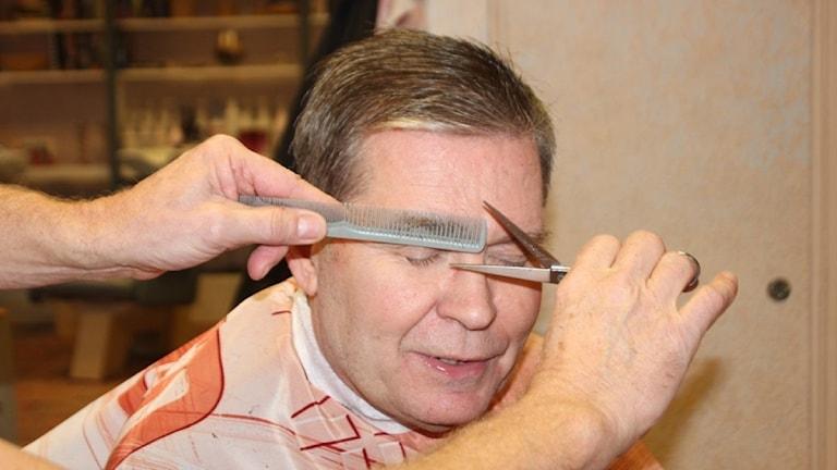 Ola Stuvemark hos frisören