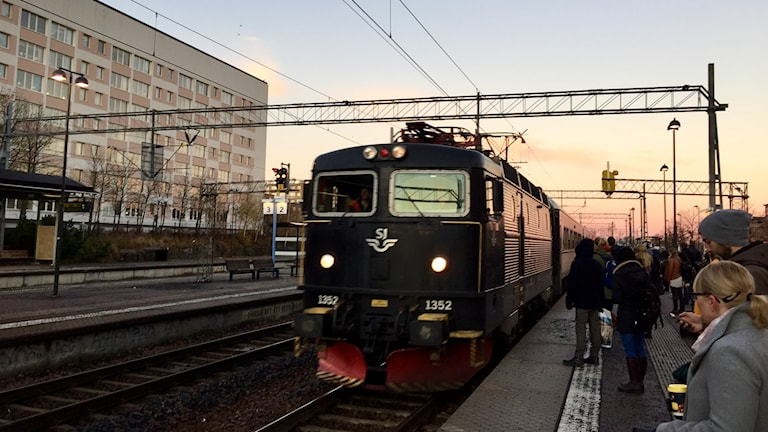 Lokdraget tåg rullar in på Eskilstuna centralstation