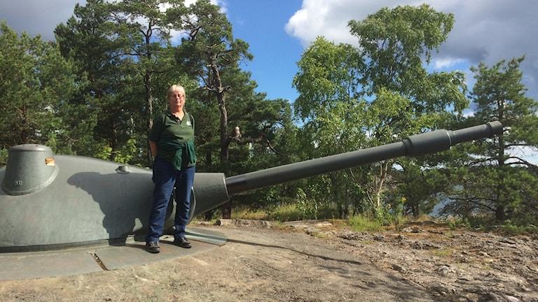 Karin Henriksson vid en av kanonerna.