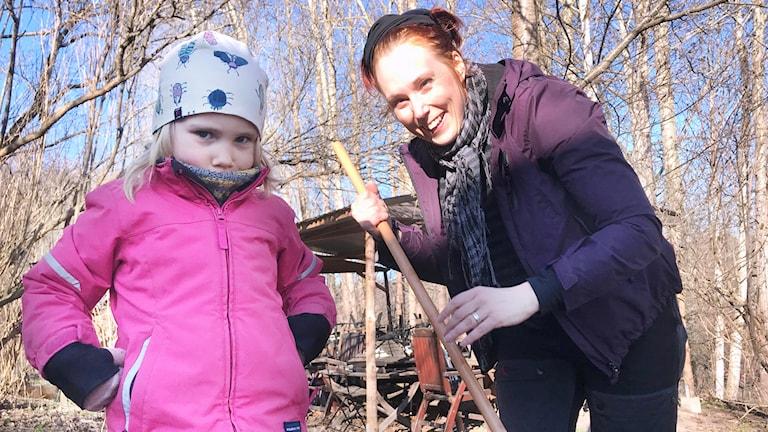 Signe och mamma Marie Anstadius gör Valborgs-fint i Fåfängan.