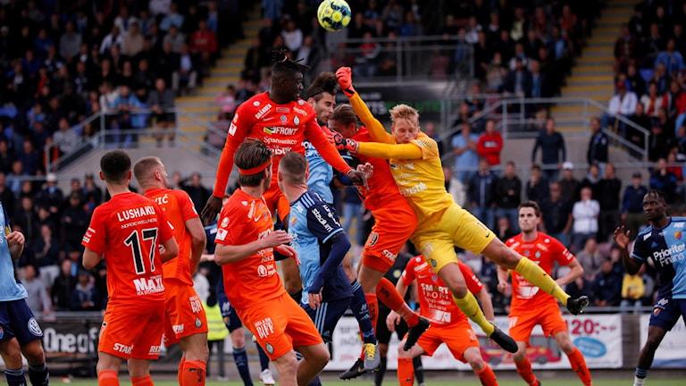 Fotbollsmålvakten i AFC gör en  räddning i slutminuten.