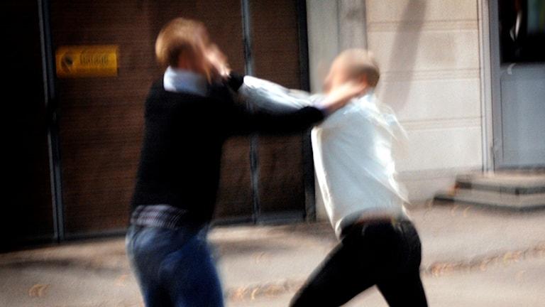 Två män bråkar