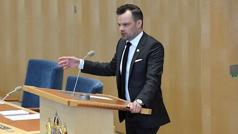 Adam Marttinen (SD) i talarstolen. Aktuell debatt i riksdagen om tryggheten i Sverige. Foto: Janerik Henriksson/TT.