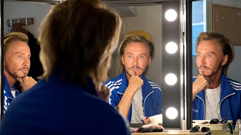 Christer Lindarw framför spegeln.