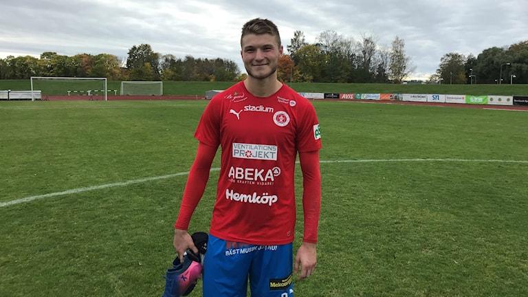 Ekin Bulut ler i röd tröja och blå byxor. Foto: Leif Johansson/Sveriges Radio.