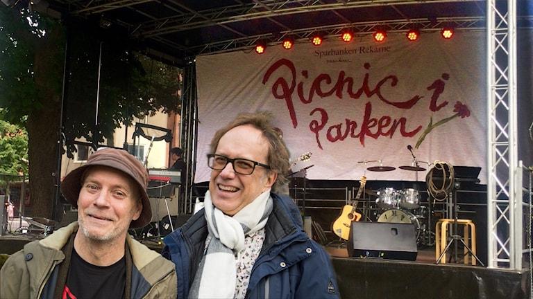 PiP:s grundare framför Picknick i Parken-scenen. OBS! Montage.