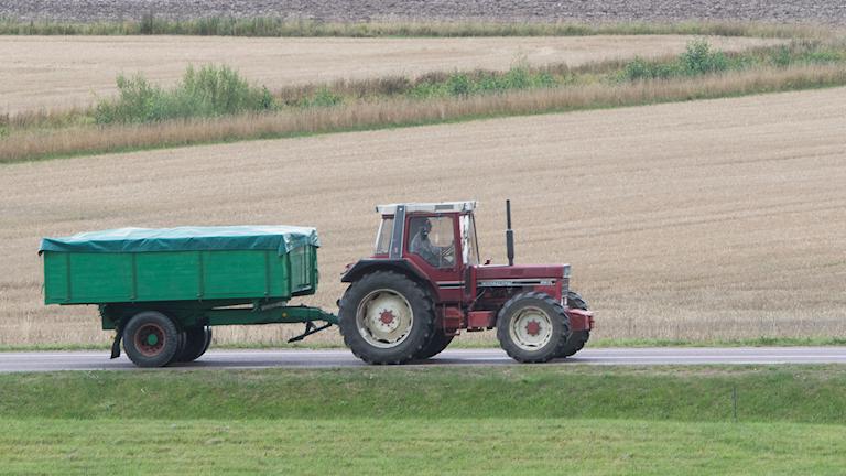 Traktor vid åker
