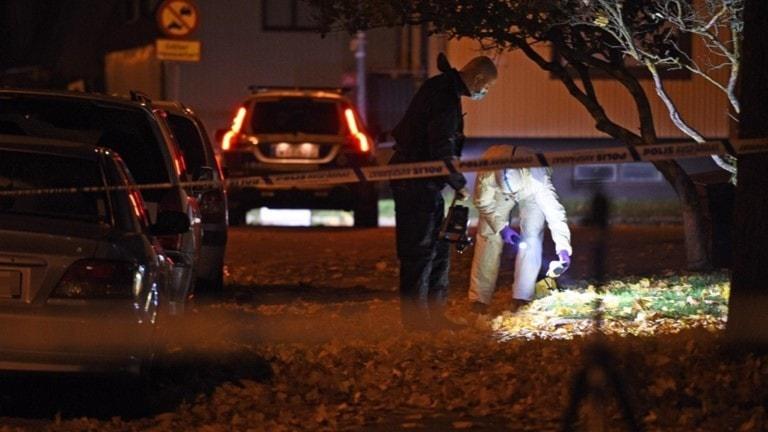 Polisens tekniker letar spår efter dödsskjutningen i Eskilstuna 15 oktober 2018.