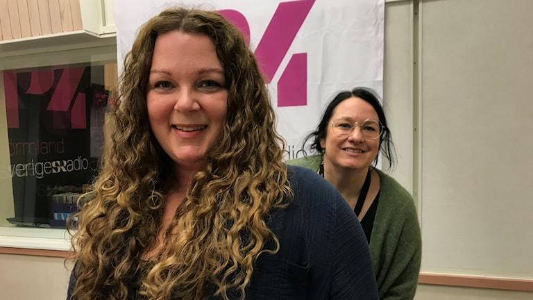 Folkmusikern Karin Ericsson Back från Gnesta och programledaren Johanna Iggsten.