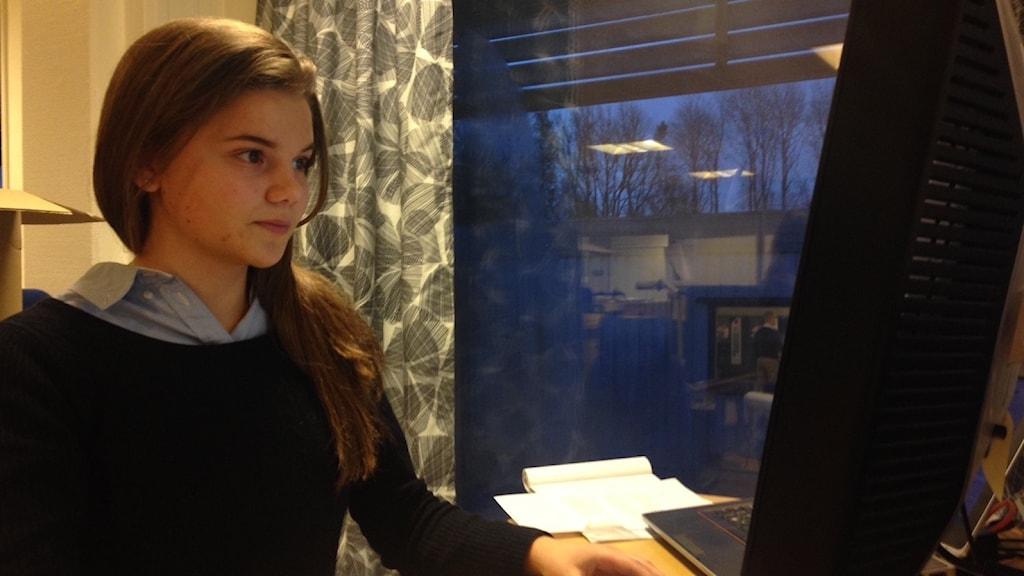 Josefine Eklund gör praktik på Volvo. Foto: Linnéa Wannefors/Sveriges Radio.