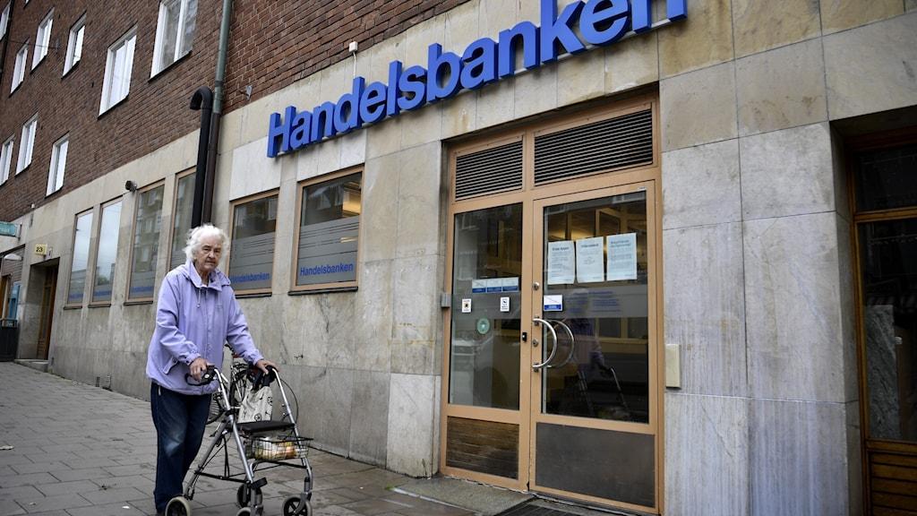 Gammal kvinna utanför bankkontor. Foto: Janerik Henriksson/TT.