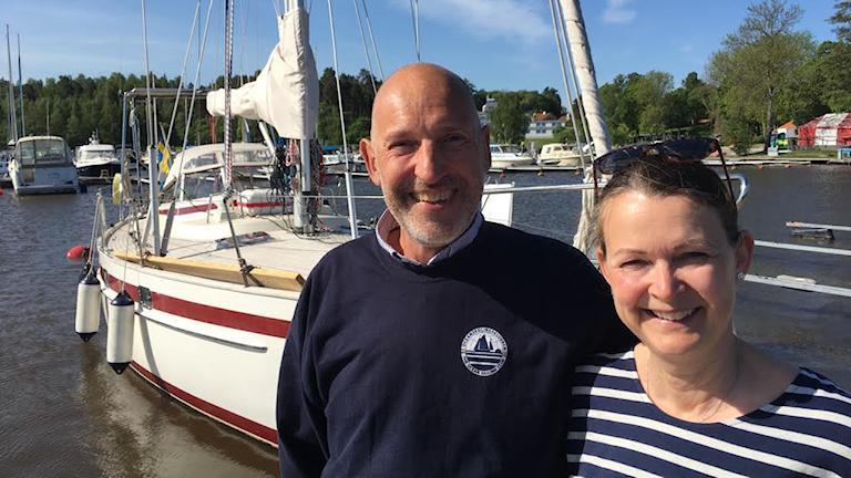 Anki och Sivert Stenkvist vid sin segelbåt