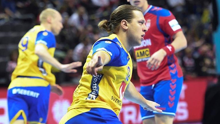 Sveriges Mattias Sachrisson under söndagens handbollsmatch i EM grupp A mellan Serbien och Sverige i Spaladium Arena. Foto: Fredrik Sandberg/TT.