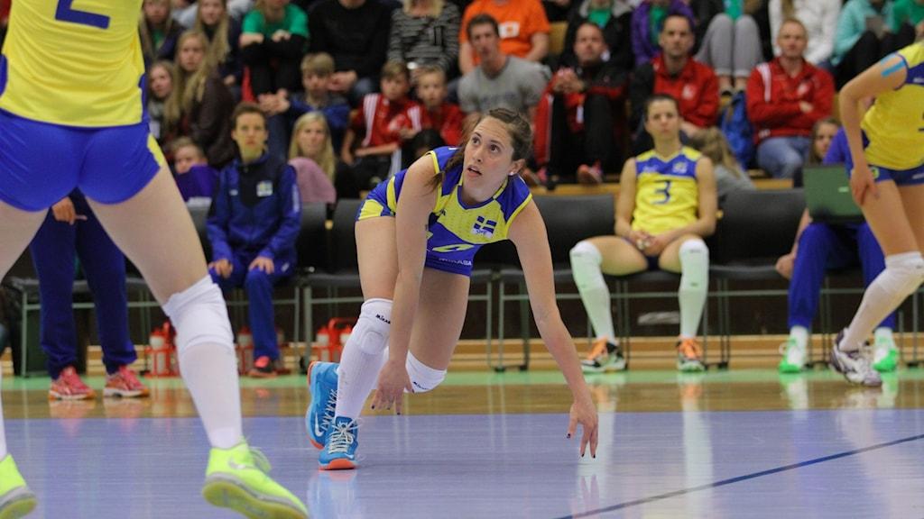 Volleybollspelaren Johanna Edberg slänger sig efter en boll på golvet. Foto. Jakob Birgersson.