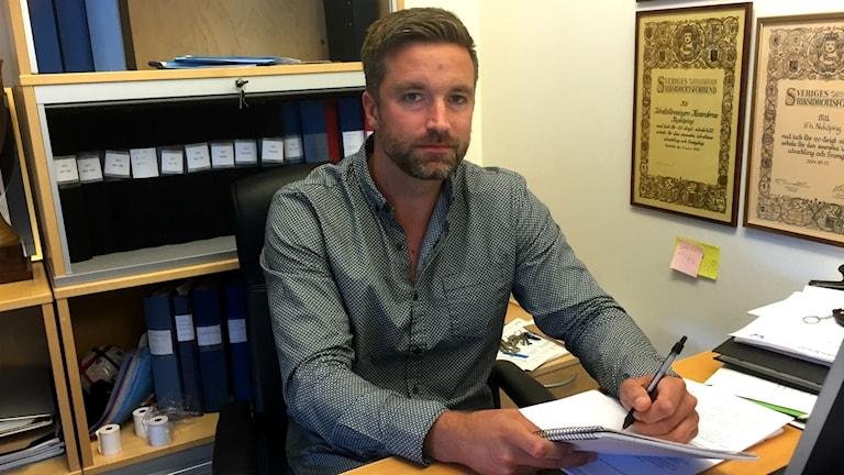 Stefan Germerud, klubbchef IFK Nyköping, vid sitt skrivbord.