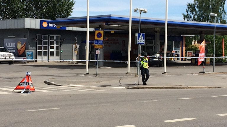 Polisavspärrning vid Circle K. Foto: Jenny Roxberger/Sveriges Radio.