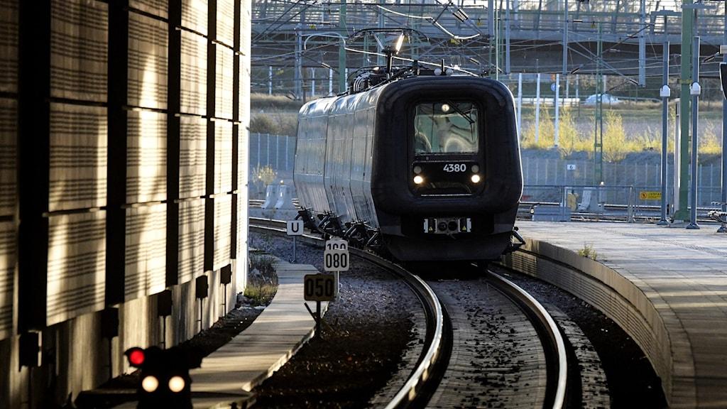 Tåg rullar in på en järnvägsstation. Foto: Johan Nilsson/TT.