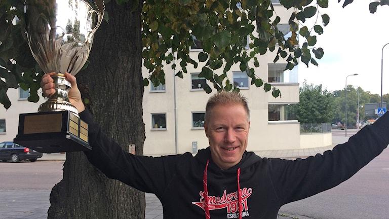 Smedernas ordförande Håkan Ringkvist med SM-bucklan.