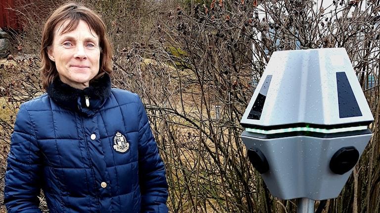 Monika Crafoord vid en laddstolpe på Lasätters gård