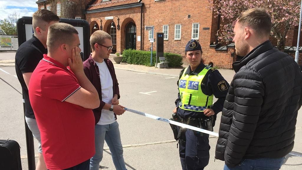 Manchester United-fans på tågstationen i Nyköping. Foto: Urban Hedqvist/Sveriges Radio.