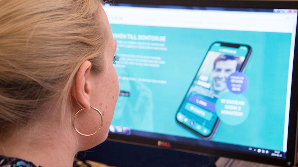 Kvinna tittar tittar på skärm.