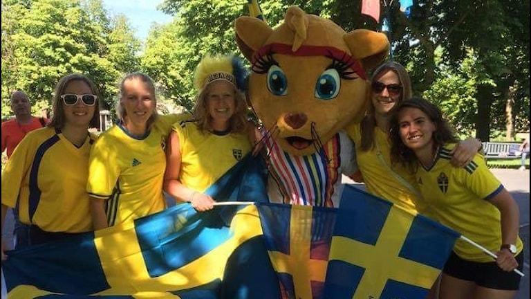 Ett gäng glada supportrar på plats på fotbolls-EM i Nederländerna