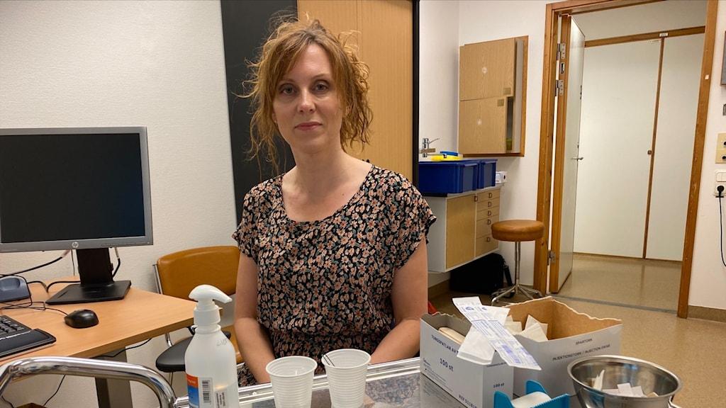 en kvinna i ett mottagningsrum på en vårdcentral