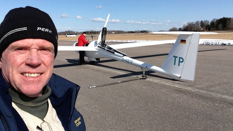 Owe Engström framför ett segelflygplan.