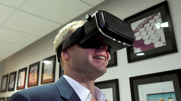 Michael Cronholm på HUI research provar årets julklapp som är VR-glasögonen. Foto: Janerik Henriksson/TT.