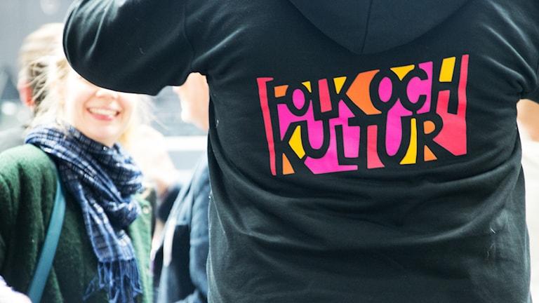 Funktionär bär tröja med Folk och Kulturs logga.